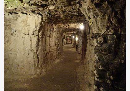 Naours bezoeken ondergrondse schuilplaats - Ondergrondse kamer ...